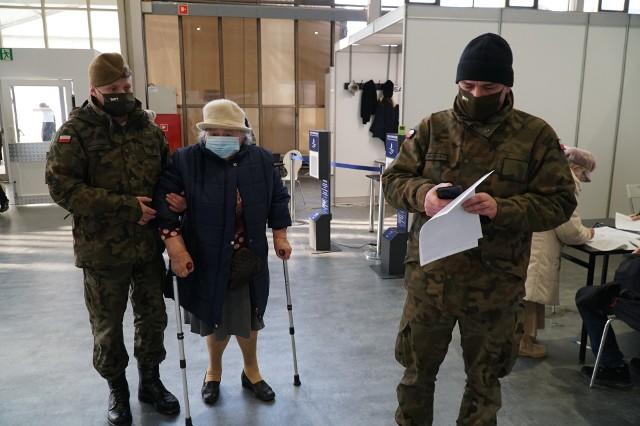 Żołnierze 12 Wielkopolskiej Brygady Obrony Terytorialnej dowożą seniorów na szczepienia i pomagają im na każdym kroku