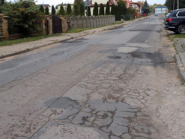 Ulica Wolność wymaga przebudowy. Nawierzchnia jest dziurawa, a chodniki też są w fatalnym stanie.