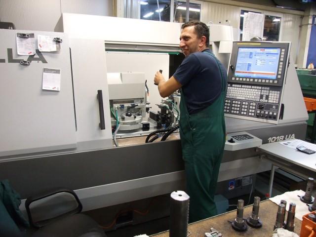 Promotech: inwestycje w firmie, podwyżki dla pracownikówRok 2013 był dla producenta i eksportera narzędzi i automatów spawalniczych rokiem inwestycji: spółka wydała ponad 6,6 mln zł na rozbudowę infrastruktury i nowe maszyny oraz urządzenia m.in. do produkcji innowacyjnych automatów spawalniczych.