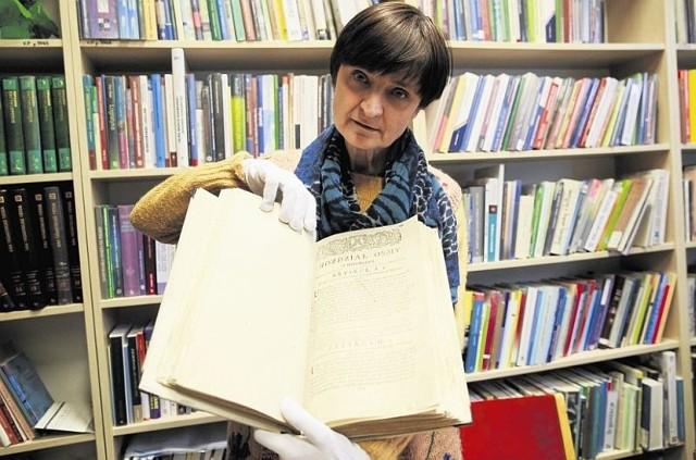 Odrestaurowano Kodeks Zamoyskiego z 1778 roku. Co ciekawe, są tu odręcznie pisane komentarze - pokazuje Ewa Kołomecka.