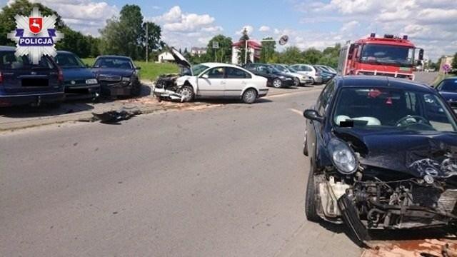 Pięć uszkodzonych pojazdów to efekt groźnie wyglądającego zdarzenia drogowego, do którego doszło w środę w miejscowości Trawniki