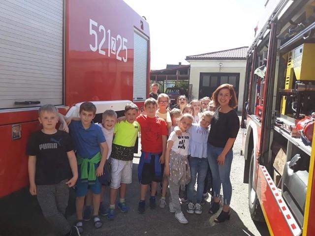 Uczniowie Szkoły Podstawowej nr 3 w Sławnie mieli okazję odwiedzić sławieńską Straż Pożarną. Spotkanie odbyło się w ramach lekcji przyrody. Uczniowie klasy IV mieli okazję z bliska przyjrzeć się ciężkiej pracy strażaków, którzy dbają o bezpieczeństwo. Dzieci były zafascynowane i z uwagą słuchały wszystkich informacji na temat pracy w straży, pierwszej pomocy oraz zachowania bezpieczeństwa w różnych zagrożeniach, które mogą spotkać każdego.Zobacz także: Remont ulicy Mickiewicza w Sławnie