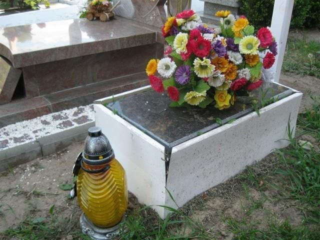 Grób zamordowanego Pawełka znajduje się tuż obok kaplicy, wśród mogił innych dzieci.
