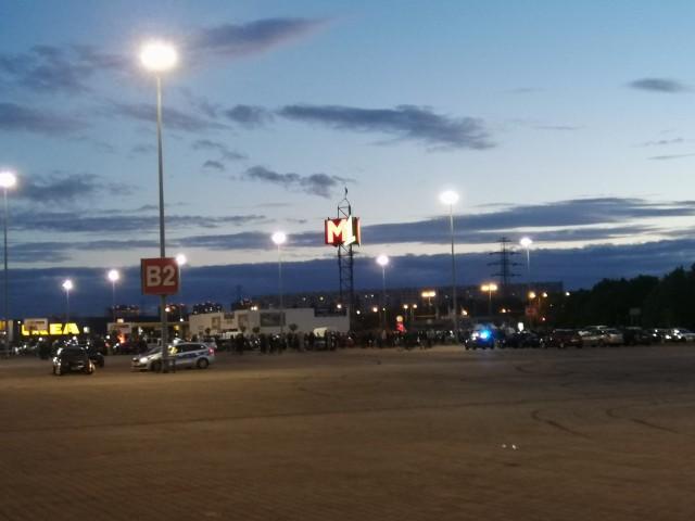 W sobotę wieczorem na parkingu przed M1 zebrali się fani sportowych samochodów.