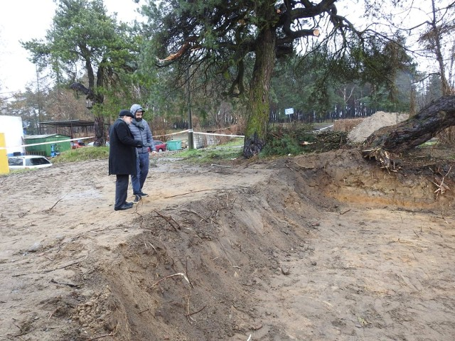 - To najgorsza sytuacja cmentarza żydowskiego w Polsce od 17 lat - mówił Michael Schudrich, naczelny rabin Polski, który przyjechał do Siemiatycz. To tu, w miniony wtorek, podczas prac ziemnych w pobliżu dawnego cmentarza żydowskiego, robotnicy natrafili na fragmenty ludzkich kości.