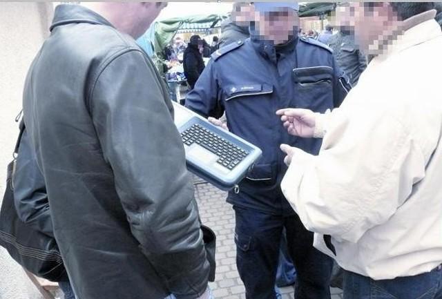 Przy pomocy takiego urządzenia funkcjonariusze Straży Granicznej sprawdzają, czy obcokrajowcy nie są poszukiwani.