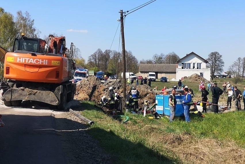 Przysypani ziemią zostali dwaj robotnicy pracujący przy budowie kanalizacji sanitarnej pomiędzy Pustkowem a Schodnią w gminie Ozimek. Do wypadku doszło w Wielki Czwartek tuż po 13.00.