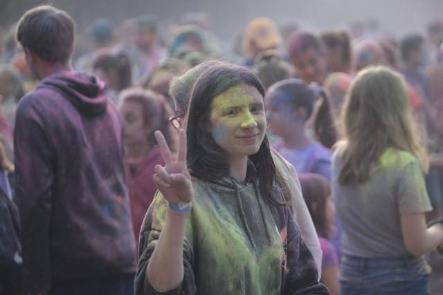 Festiwal Kolorów to najbardziej kolorowa impreza w całej Polsce. Cogodzinne wyrzutu w górę barwnego pudru powodują, że nad uczestnikami powstaje wielobarwna, kolorowa chmura, która opada i farbuje wszystkich, i wszystko dookoła. Nie trzeba obawiać się, że farba nie zniknie, ponieważ jest ona bez problemu ścieralna. Na festiwalowej scenie wystąpiło wiele muzycznych osobowości, a wśród atrakcji były m.in. gigantyczne balony, kolorowe okulary, darmowe słodycze, wystrzały z bazooki CO2 i udział w konkursach z nagrodami. Zobacz foto-relację z tego niezwykłego wydarzenia!