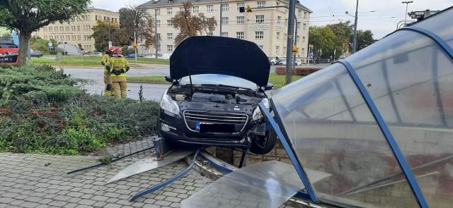 We wtorek 12 października na rondzie Jagiellonów w Bydgoszczy doszło do zderzenia dwóch samochodów. W wyniku kolizji jedno z aut wjechało na zadaszenie podziemnego przejścia dla pieszych.