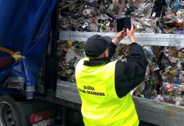 Nielegalny transport śmieci na autostradzie A4.