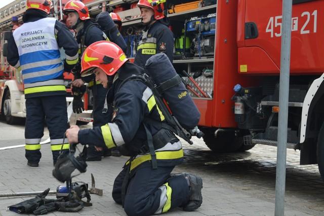 W poniedziałek 12 marca, ok. godz. 10.30 w jednym z pomieszczeń na drugim piętrze żarskiego Inkubatora wybuchł pożar. Strażacy JRG w Żarach  w mgnieniu oka zlokalizowali pożar, większość osób jeszcze przed ich przyjazdem wybiegła z budynku sama, po sygnale szefowej Inkubatora, Małgorzaty Kaczmarczyk. Na piętrze została jednak jedna osoba, którą po ugaszeniu ognia, wyprowadzono na zewnątrz, gdzie udzielono jej pierwszej pomocy. - To dla nas wszystkich bardzo pomocne ćwiczenie- mówi M. Kaczmarczyk i uważam, że każdy powinien sobie przypomnieć podstawowe zasady zachowania w takich sytuacjach, obyśmy nigdy nie musieli robić tego w realu. Stanisław Puzio,zastępca dowódcy JRG w Żarach akcję uważa za udaną.  Przeczytaj:Mężczyzna zginął w pożarzePożąr galerii handlowej w Żarach
