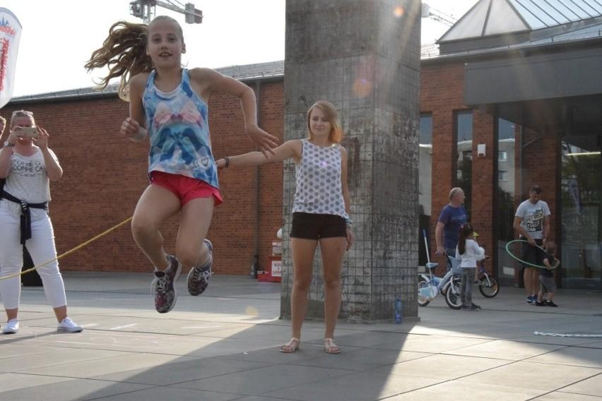 Wrocław: Dzieci znów grają w klasy i skaczą w gumę [ZDJĘCIA]