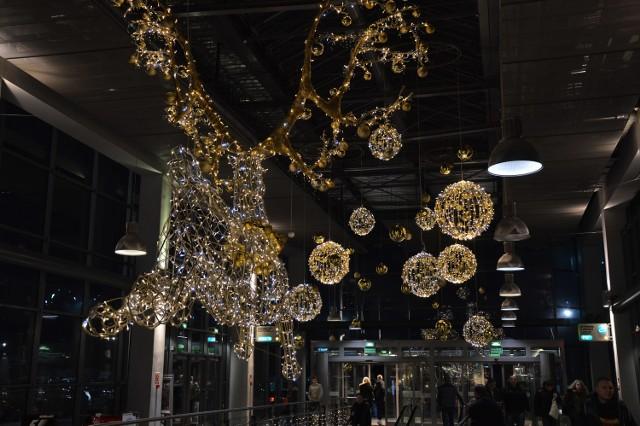 """Galerie handlowe kuszą klientów nie tylko świątecznymi promocjami, ale również piękną dekoracją. W zielonogórskiej galerii Focus na klientów czekają świecące gigantyczne bombki, świecące renifery, choinki i mrugające lampki. Galeria Grafit wita klientów mieniącym się napisem """"Wesołych świąt"""""""
