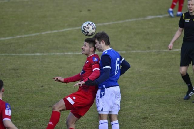 Rezerwy Lecha Poznań przegrały w sobotę bardzo ważny mecz. O utrzymaniu zespołu Artura Węski zadecyduje ostania kolejka.