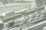 W Poznaniu od rana pada śnieg. IMGW ostrzega kierowców przed gołoledzią. Na drogi miasta wyjechał sprzęt odśnieżający