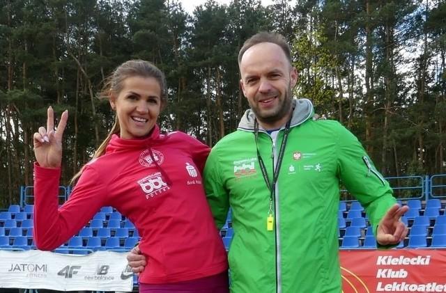 Na stadionie lekkoatletycznym w Kielcach rozpoczęła się kolejna edycja zajęć Biegam Bo Lubię dla wszystkich chętnych, początkujących i zaawansowanych biegaczy oraz chcących poprawić kondycję fizyczną. Celem tych cyklicznych treningów jest promocja biegania i integracja z ludźmi. Trenerzy Wioleta Jończyk i Marcin Stokowiec do udziału zapraszają wszystkich chętnych, którzy chcieliby spróbować swoich sił biegowych poprzez ćwiczenia ogólnorozwojowe.Jednak najważniejsze w tym wszystkim, jak co roku, są integracja i uśmiech.Galeria zdjęć z sobotnich zajęć na kolejnych slajdach.