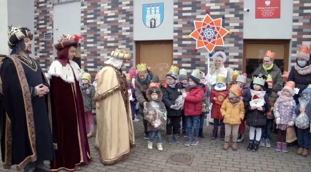 Orszak Trzech Króli zwiastował radosną nowinę także w Publicznej Szkole Podstawowej numer 2 w Grójcu.