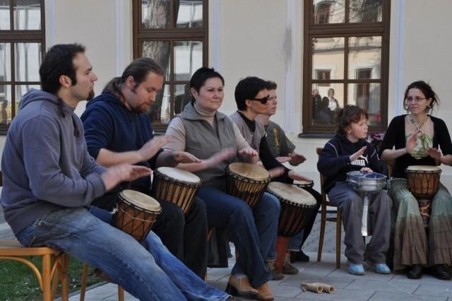 Polsko-czeska kapela Wassa-Wassa jeździ po festynach, gra w miasteczkach niczym z bajki o Rumcajsie.