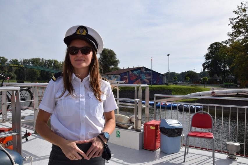 Marlena Boruszewska ze Stowarzyszenia Odra dla Turystów pięknie zaprezentowała się w kapitańskiej czapce.