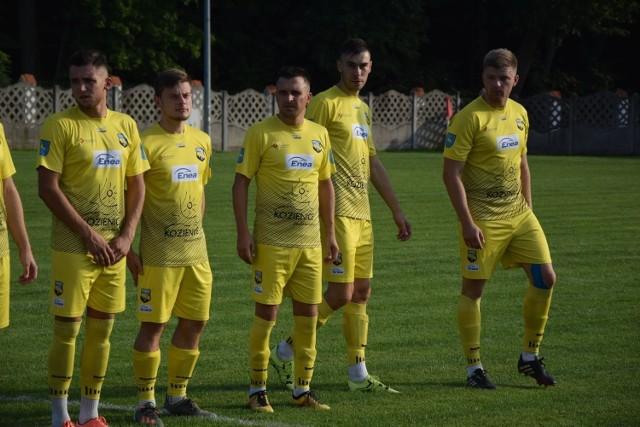Piłkarze Enea Energii Kozienice z przytupem zakończyli jesienne zmagania. Trzy gole w meczu z Iskrą strzelił Roman Skowroński (pierwszy od prawej), który tym samym został królem strzelców rundy jesiennej rozgrywek z dorobkiem 18 goli!