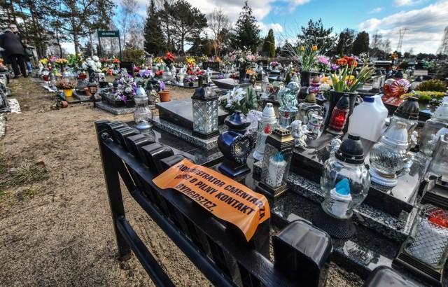 Na cmentarzu przy ul. Wiślanej przy grobach urnowych znajdujących się przy głównej alejce pojawiło się wiele naklejek przy grobach z prośbą o pilny kontakt z zarządcą cmentarza.