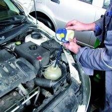 Podczas przeglądu mechanik sprawdzi stan płynu chłodzącego, chroniącego silnik przed przegrzaniem