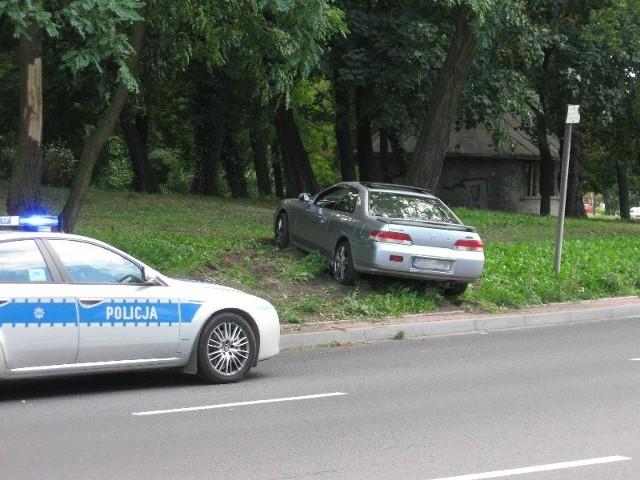 Kierowca hondy wpadł w poślizg i zatrzymał się na rondzie