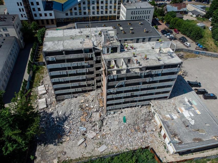 Rozebrana została już połowa dawnej siedziby Miastoprojektu....