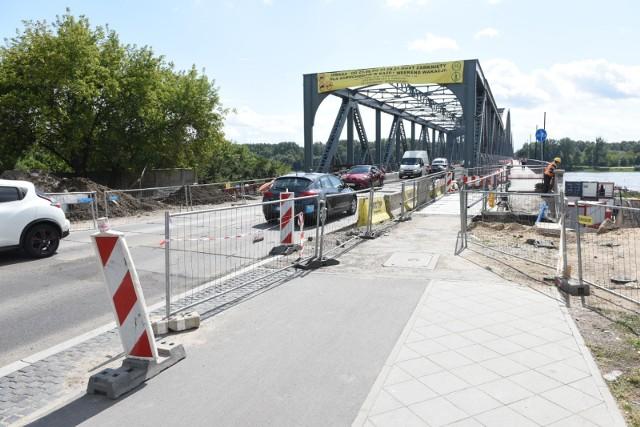 Za nami kolejny weekend z zamkniętym mostem drogowym w Toruniu. Na szczęście - jeden z ostatnich. Przeprawa będzie zamknięta dla samochodów jeszcze tylko przez dwa wakacyjne weekendy. Cała przebudowa mostu drogowego w Toruniu - według harmonogramu - ma się zakończyć w listopadzie. Sprawdziliśmy, jak idą prace i co jeszcze przed nami.