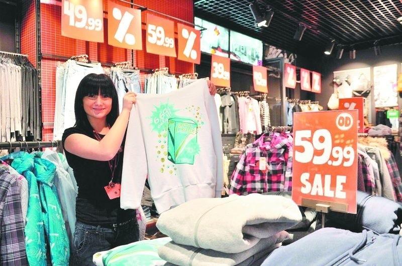 – W naszych sklepach ubrania i inne rzeczy są przecenione nawet o 55 procent – mówi Agnieszka Szymczyk z sklepu Cropp Town w Plazie.