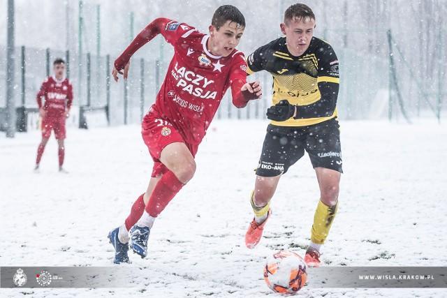 W akcji młodziutki Piotr Starzyński. Piłkarz Wisły Kraków ma 16 lat, ale już pokazuje, że ma duży talent