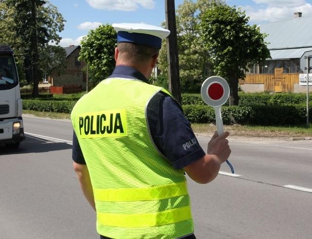 Od 2028 r. prawo jazdy będzie wydawane w Polsce tylko na 15 lat, a nie bezterminowo. Do uzyskania nowego prawa jazdy będzie trzeba dostarczyć aktualne badania lekarskie, tylko wówczas, kiedy pojawią się przeciwwskazania natury medycznej. Po groźnych wypadkach, policjanci mają przekazywać wydziałom komunikacji dane o uczestnikach wypadków z dużym uszczerbkiem na zdrowiu.
