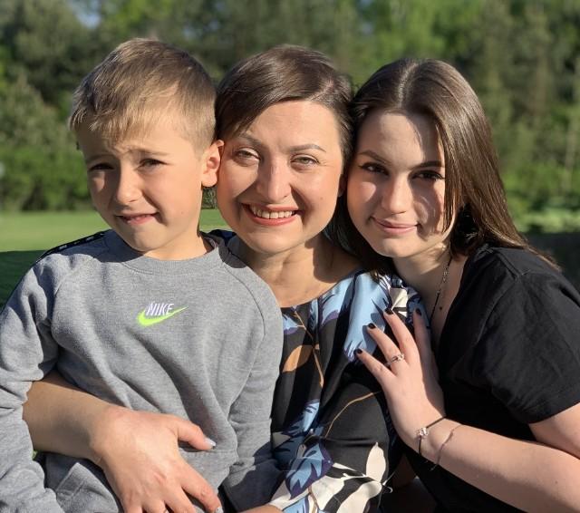 Katarzyna Stachowicz ze swoją córką i synem. Nadia ma 15 lat, jest w pierwszej klasie liceum. Jaś we wrześniu skończy siedem. Kiedy wraca do domu po pracy, to właśnie im stara się poświęcić swoją uwagę. Zobacz kolejne zdjęcia/plansze. Przesuwaj zdjęcia w prawo - naciśnij strzałkę lub przycisk NASTĘPNE