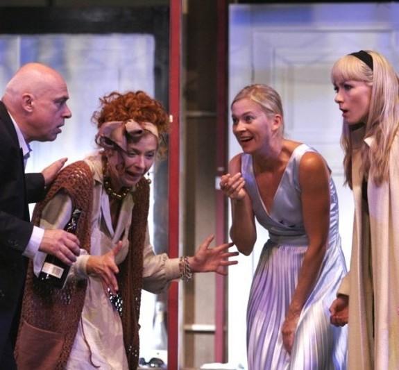 """""""Czego nie widać"""" to rzecz o teatrze i aktorach, o tym, co dzieje się za kulisami, gdzie publiczności wzrok już nie sięga."""