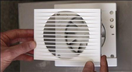 Montaż wentylatoraMieszkańcy źle wentylowanych domów i mieszkań mogą narzekać na bóle głowy, pieczenie oczu, kłopoty z koncentracją i ogólne zmęczenie. Dodatkowo w niewentylowanych pomieszczeniach zwiększa się wilgotność powietrza. Prowadzi to do skraplania się pary wodnej i jej osadzania w najzimniejszych miejscach. Takie warunki sprzyjają rozwojowi grzybów i pleśni. Dlatego zadbajmy o właściwą wentylację pomieszczeń.