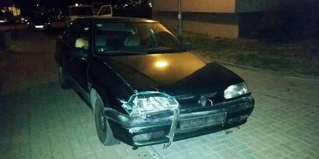 Kierowca renault 19 rozbił dwa auta i uciekł.
