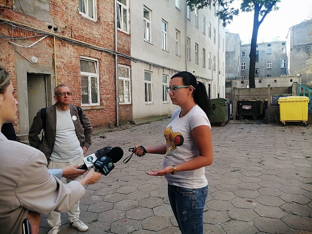 Prokuratura Łódź -Śródmieście prowadzi śledztwo w sprawie śmierci 29-letniej kobiety, która w czwartek 9 września wypadła z okna balkonowego na trzecim piętrze kamienicy przy ul. Rewolucji 1905 roku numer 23. Kobieta zginęła na miejscu.Do tragedii doszło w czwartek 9 września. Jak ustalili prokuratorzy, 29 -latka odwiedziła znajomego, a w mieszkaniu znajdował się także jego ojciec. Młody mężczyzna wyszedł do sklepu. Czytaj dalej >>>>.