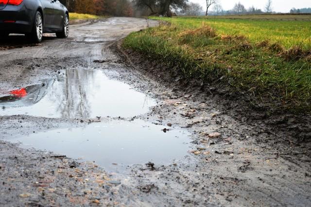 Dziurawa droga z Niedarzyna do Borzytuchomia.