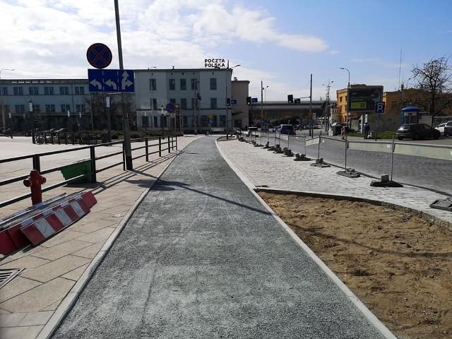 Łączna długość ścieżek rowerowych we Wrocławiu szybko zbliża się do 1200 km. Niebawem przybędą kolejne odcinki i to w ścisłym centrum miasta.Jednocześnie trwają wielkie inwestycje, które oprócz budowy nowych jezdni i torowisk tramwajowych, jak na przykład na Nowy Dwór i Popowice, wiążą się także z budową tras dla rowerzystów.Ogłaszane są też lub rozstrzygane przetargi na następne inwestycje tego typu. Na kolejnych stronach prezentujemy powstające ścieżki rowerowe.