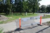 Wybudowali ścieżkę rowerową w Stargardzie. Biegnie wzdłuż parku. Nowy chodnik i zatoka autobusowa