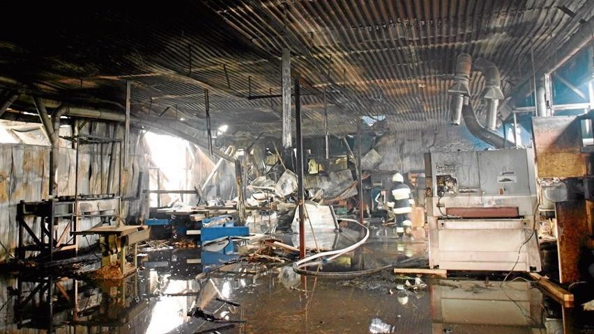 Ogień zniszczył nowoczesny zakład stolarski w Łężkowicach. Przyczyny pożaru jeszcze nie ustalono.