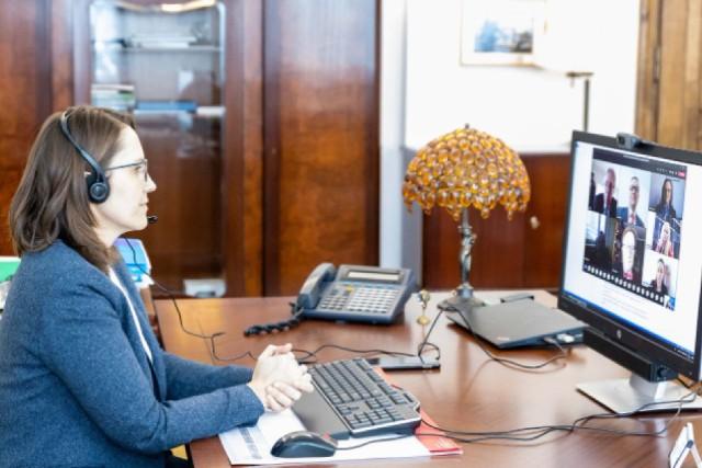 - Chcemy, by współpraca administracji skarbowej i biznesu była oparta na zasadach partnerstwa - twierdzi minister Magdalena Rzeczkowska, szef Krajowej Administracji Skarbowej. Nz. spotkanie on-line z rozstrzygnięcia konkursu.