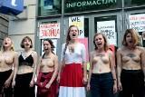 Krzyk i brak koszulek w proteście pod Komisją Europejską. Polacy solidarni przeciwko białoruskim sankcjom. Zdjęcia
