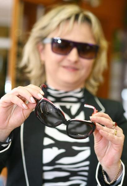 Dobre, markowe okulary kosztują nawet kilkaset złotych. Jednak przyzwoite szkła kupimy w salonie optycznym także za mniej niż 100 zł.