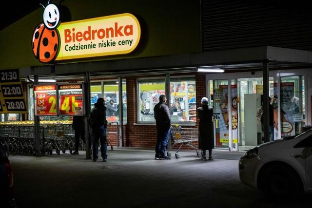 """Ponad 60 godzin nieprzerwanych zakupów w Biedronce -  ponad 2500 sklepów sieci Biedronka będzie czynne nieprzerwanie aż do niedzieli 26.04, co najmniej do godziny 21:00. Są wyjątkowe promocje  i dwie """"białe noce"""" z soboty na niedzielę. Weekend zakończy się niedzielnymi zakupami za połowę ceny.LISTA SKLEPÓW I INFORMACJE O PROMOCJACH NA KOLEJNYCH SLAJDACH"""