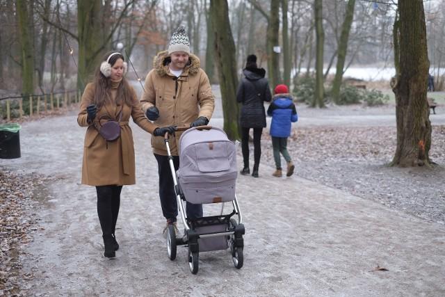 Mimo przymrozku poznaniacy chętnie wychodzili na noworoczne spacery. Miasto było pięknie oszronione, dając efekt krainy lodu.  Mieszkańcy miasta po dudniącej wystrzałami nocy sylwestrowej, chętnie wybierali na odpoczynek park Sołacki, biało zaszroniony. Park Sołacki zachwyca zimowymi widokami. Zobacz zdjęcia --->