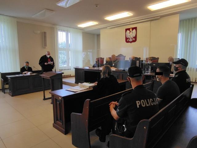 Od lipca ubiegłego roku oskarżony przebywa w tymczasowym areszcie. Na salę białostockiego sądu okręgowego został doprowadzony w asyście policji.
