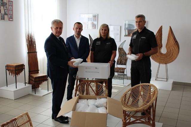Przekazanie dwóch tysięcy maseczek uszytych przez osadzonych w Zakładzie Karnym w Łupkowie koło Sanoka