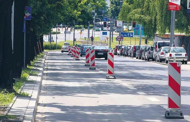 Wykonawca prac przy torowisku na al. Piastów obiecał w miarę możliwości zdejmowanie barier.
