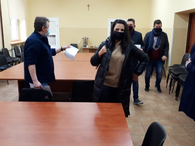 """""""Zakaz błyskawic"""" w XXXIV Liceum Ogólnokształcącym w Łodzi stał się przyczyną obywatelskiej kontroli radnych miejskich (klubów Koalicji Obywatelskiej i SLD) w tej szkole we wtorek (13 kwietnia). Chodzi o głośny spór w sprawie regulaminu XXXIV LO, który zabrania uczniom zamieszczania na internetowej platformie – służącej do prowadzenia zdalnej nauki w tej szkole – znaków graficznych organizacji m.in. prowadzących działania polityczne. W minionym tygodniu jedna z uczennic XXXIV LO zaalarmowała, że na podstawie tego regulaminu jest karana za wstawianie w swoim tzw. awatarze symboliki Strajku Kobiet – czyli błyskawic.>>> Czytaj dalej przy kolejnej ilustracji >>>"""